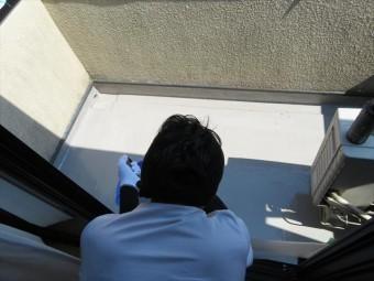 FRP防水の土間部(平部)はローラーで一気に進めますが、樹脂塗膜の均一性には十分に配慮します