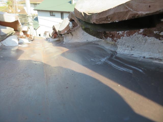 谷漆喰の充填が終わると、谷に注ぎ込む雨水が瓦と板金の隙間に入り込むことがなくなり、雨漏りの心配がなくなります。