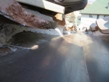 谷漆喰が劣化して浮き上がり、欠損していると、谷に合流してくる雨水が谷板金をオーバーフローして瓦の下に雨水が回ってしまい、雨漏りする可能性が高まるので、定期メンテナンスで漆喰の詰め直しが必要です。