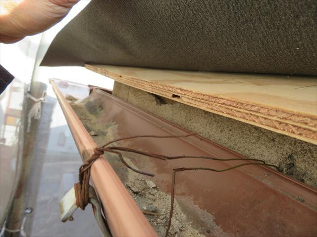 軒樋緊結ワイヤーが著しく腐食しています。銅線かステンレスを使用するとこうはなりません。酸性雨がきつかったか、スチールワイヤーを使用していた可能性が残ります。