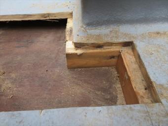 寸5角材の根太を見つけてその中心線で切断します