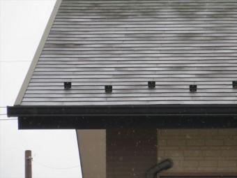 雪止め金具は軒先に設置されて、棟から滑り落ちてくる雪を堰き止めて軒下を守る