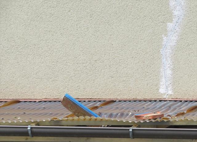 ベランダ屋根の波板の上に落下したものは、穴を開けてしまっています。また別の波板には瓦が突き刺さっています。