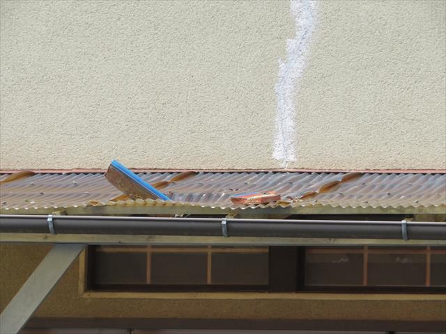茨木市で地震の被害に遭った瓦屋根2階の軒先から落ちた熨斗瓦は1階のベランダ屋根の波板に突き刺さった