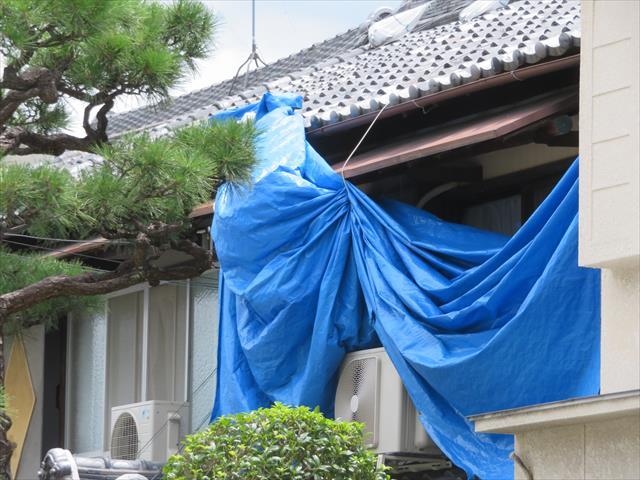 茨木市への影響も大きかった台風21号は、大阪北部地震で被災した屋根を養生しているブルーシートをことごとく剥がした。