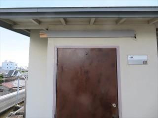 阪急石橋駅前ビル最上階居室の玄関ひさしが台風12号で飛ばされた