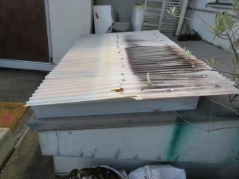 玄関ポーチ屋根が台風で破壊され落ちてきた