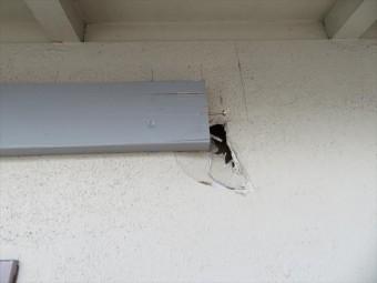 玄関ポーチ屋根が強風で剥がれたとき、玄関壁面も割れてしまった。