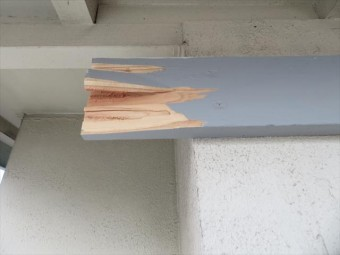 玄関ポーチ屋根が強風で剥がれたときに付け根の支柱も割れてしまった。