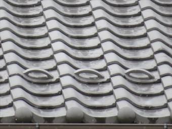 雪止め瓦は軒先に葺かれて、棟から滑り落ちてくる雪を堰き止めて軒下を守る