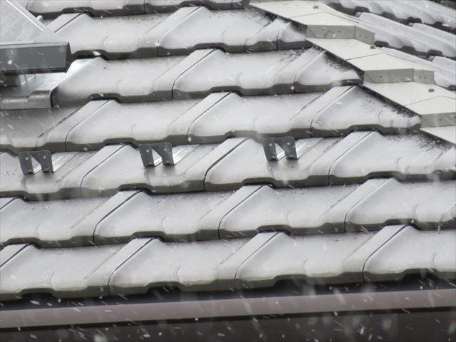 雪止め瓦、雪止め金具、雪止め器具は、屋根の軒先に設置される。正確には外壁の鉛直線上に設置するのが望ましい。