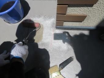 防水層の下地を補修した箇所はガラス繊維基材を入念に敷き詰めて施工する