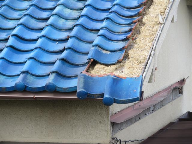 茨木市では地震の被害を受けた屋根瓦が、今にも軒先から落ちそうになっている屋根が多く見られます。