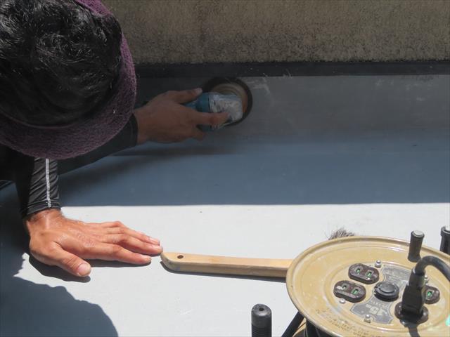 FRP防水の中塗り樹脂が乾くとサンダーでケレンします