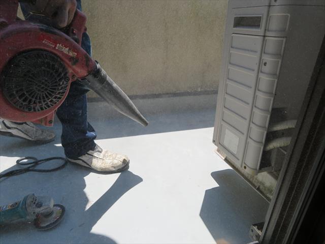 ケレン後のさらえきれない粉塵はブロアで飛ばします