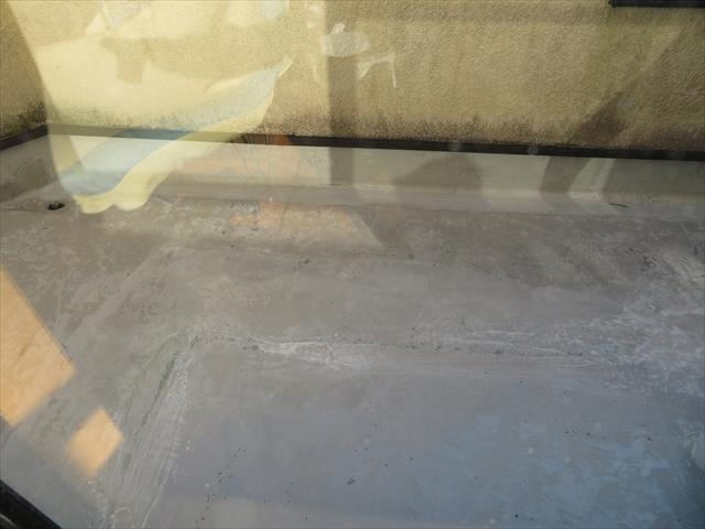 FRP防水工事ではトップコート前は十分に研磨して表面を均します