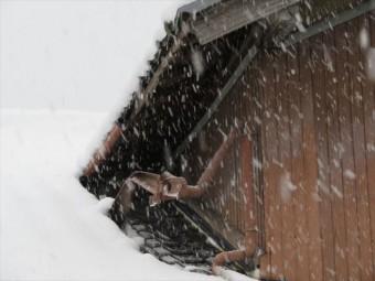 降雪の重みで破損した雨どいは、雪止め金具と雨どい取り付け金具を増やすことで回避できる