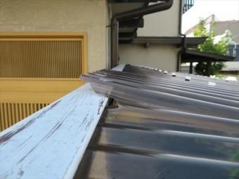 瞬間的な強風は波板を割損して部分的に浮き上がらせました