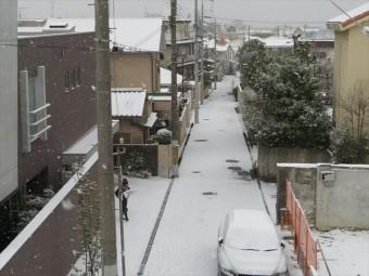 都会ではうっすら積雪するだけでも都市生活はマヒし、屋根からの落雪でも多くの被害を受けている
