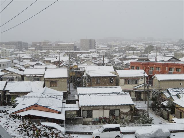 平野部でうっすら積もる雪の重みは、相当な重さが屋根に負担をかけている