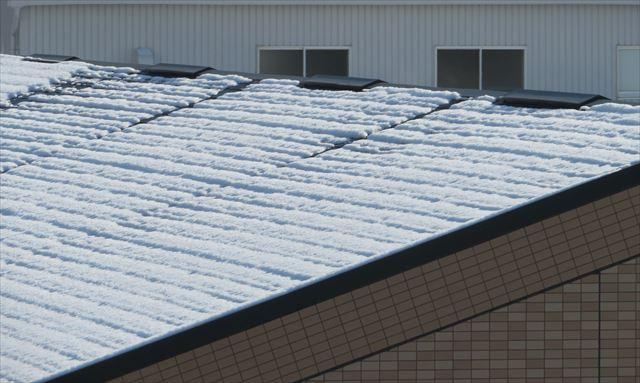 積雪した屋根の上でも換気棟だけが融雪しているのは熱分が換気棟から抜けている証拠です