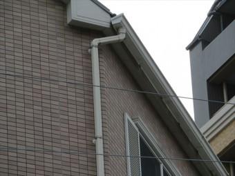軒樋がなく屋根からの雨水が垂れ流しであれば、その下の窓枠や勝手口の枠から雨水が浸水し雨漏りにつながる