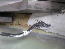 谷漆喰は瓦と板金の隙間に充填するが、隙間が極めて狭いので、漆喰専用の鶴首コテを使用して充填していきます。