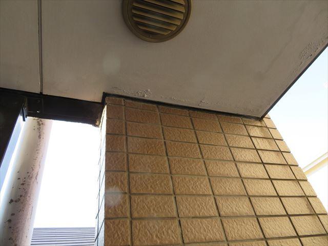 1階の内壁外壁タイルには漏水痕である白華症状が確認されている