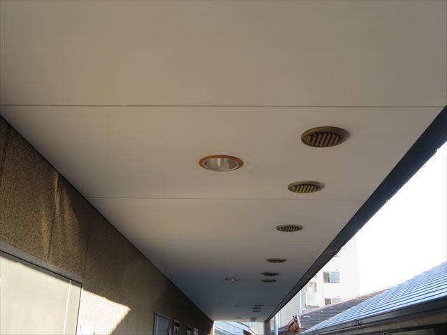 マンション各部屋からの生活換気は廊下天井の排気ダクトから排出されるが、冬季は外気との寒暖差で結露水が滴ることもある