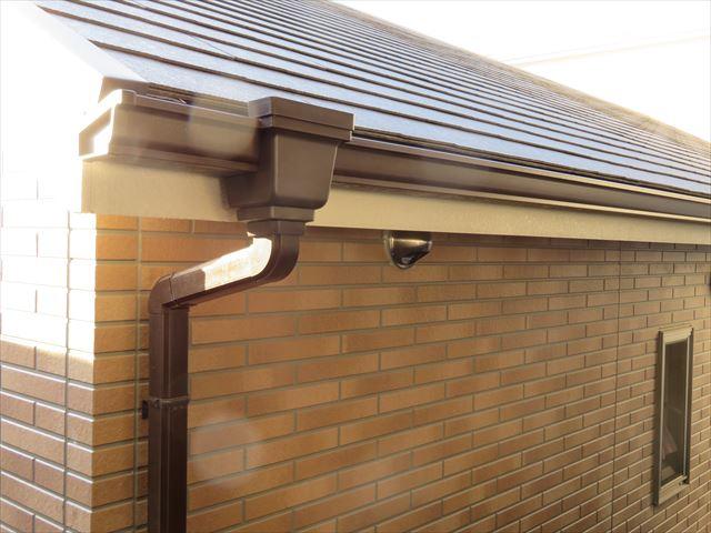切妻屋根の軒樋から集水器を経て竪樋へ雨水は流れていく