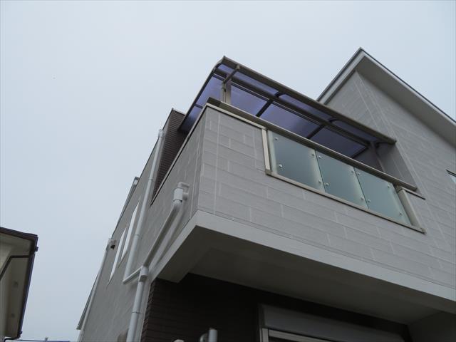 ベランダ屋根と陸屋根形状のルーフバルコニーが遮り見えないので、離れた場所から撮影した被害写真を見せてくれました。