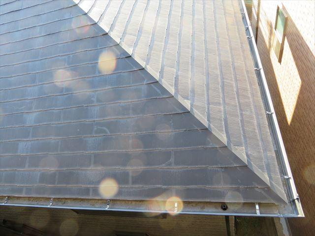 寄棟屋根の隅を真上から見ると、雨どい(軒樋)の取り回しがよくわかる