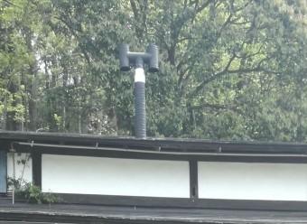 煙突が突き抜けている屋根は雨漏りに注意が必要です