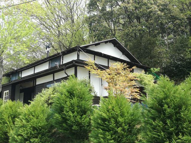 入母屋屋根と漆喰壁が美しい日本家屋