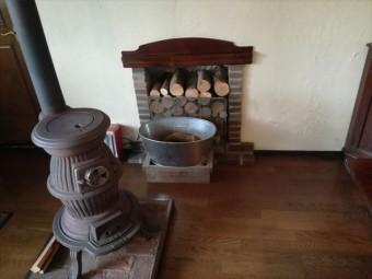 薪ストーブに憧れる人は多いが、煙突が屋根を貫く場合は雨漏りに注意です
