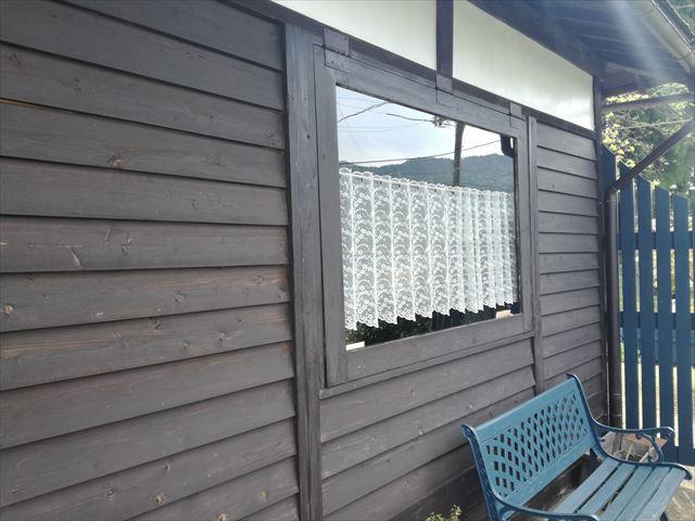 柿渋塗装をされた木質外壁が美しい古民家風店舗