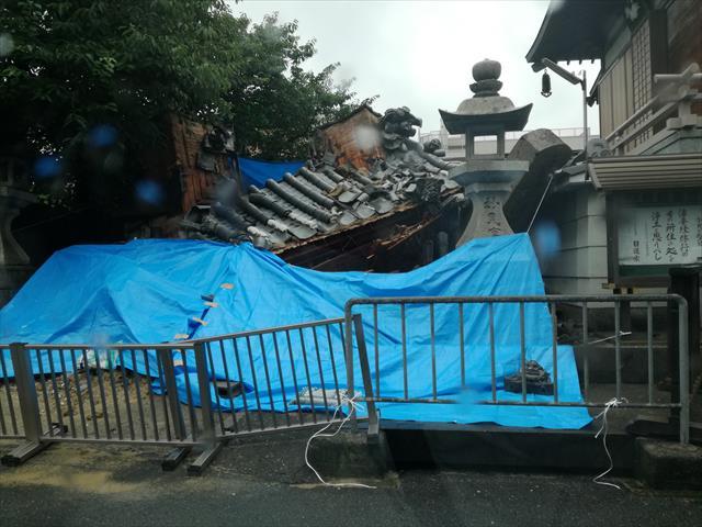 茨木市のお寺ではいぶし瓦が葺かれた山門が倒壊した