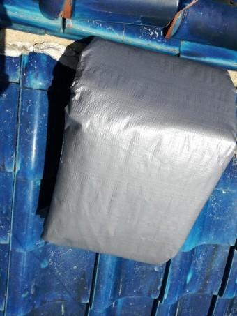 屋根の雨漏り養生をする時に使用するブルーシートは3000番から4000番の高耐久材質の物を使います