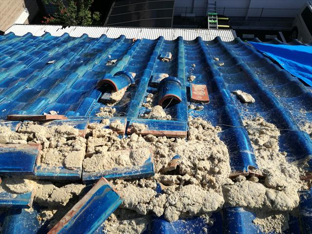 茨木市の地震で瓦屋根の大棟が崩れました。ブルーシートを架ける時に瓦や葺き土を片付けますが、それまでの間に軒先まで滑り落ちてしまいます。