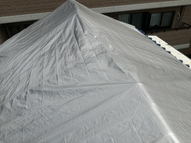 屋根に架けるシートは、ブルーシート厚手の3000番以上か、UVシルバーシート4000番を使用して、紫外線ではすぐに破れない養生材を使用してください。