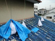 茨木市では屋根のブルーシートが3回の台風襲来のたびに毎回剥がされました。