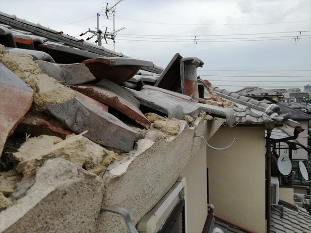 台風21号の強風は、南向きのお役の瓦屋根を、軒先から大きく破壊し、軒樋8m吹き飛ばしてしまった
