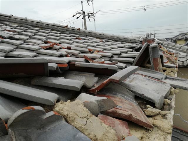 高槻市では、大阪北部地震の被害と、台風21号の二重被害に遭い、自宅だけでなく隣家の屋根まで損傷させる事例が発生しました。