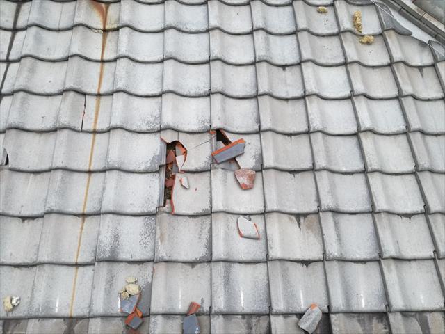 高槻市で隣家の瓦が台風でめくれ上がり、それが自宅の瓦屋根に直撃して何枚もの瓦が破損した。