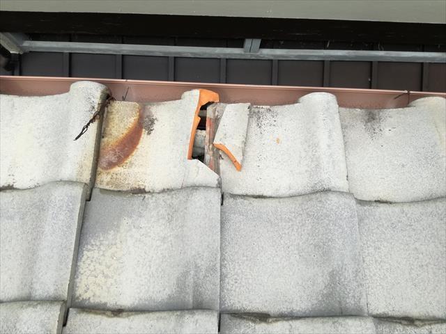 高槻市でも台風の二次被害、隣家の瓦が直撃して、施釉和型シルバーの軒先マンジュウ瓦が無残にも割れてしまっていた。
