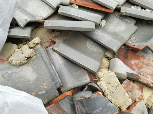 大阪北部地震の被害の上に台風21号の強風で更なる被害が出たお宅の屋根に登ると、軒先のマンジュウ瓦がめくれ上がっただけでなく、2段目以上の平瓦もグチャグチャに荒れ果てていた