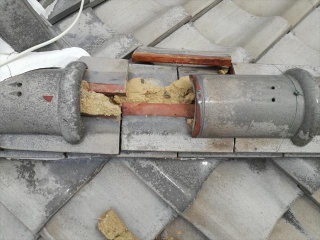 高槻市で台風の強風で隣家の瓦が自宅の屋根に激突し、隅棟の紐丸(冠瓦)が割れてなくなっていた。