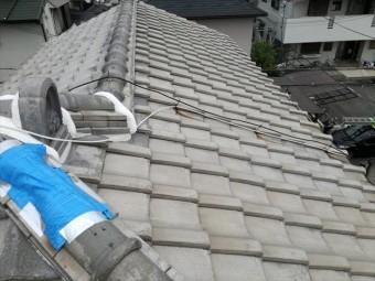 高槻市で台風の二次被害と言える瓦破損屋根を調査した。本格修理までに雨漏りしないよう、隅棟の紐丸(冠瓦)が欠損した箇所をブルーシートで覆う対策を講じた。