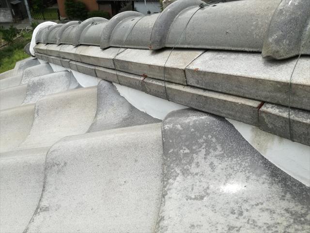 面戸漆喰が美しく正常な防水をしているにもかかわらず、谷漆喰は修理されず欠損して流速を早める軒先では、谷板金をオーバーフローしている状態でした。