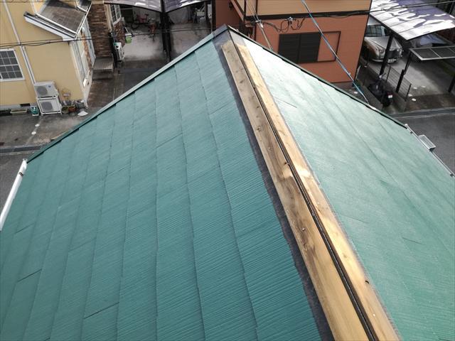 屋根に登ると、大棟の包み板金が剥がれて無くなっていました。台風21号がもたらした強風が吹き飛ばしてしまっていたのです。 棟包み板金を留め付ける基材になる「貫板(ぬきいた)」が完全に露出している状態にあるので、異常な状態に他なりません。